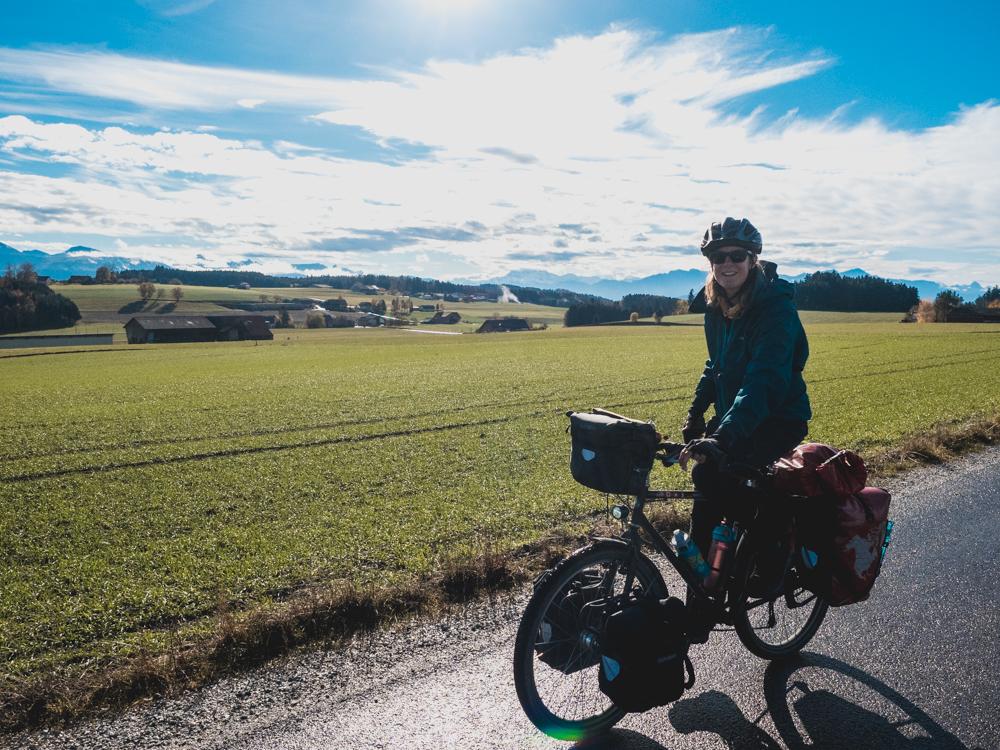 Fahren mit den Alpen im Rückspiegel