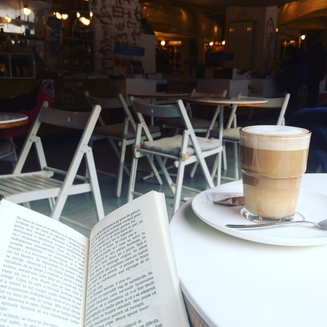 Enjoying winter time off ☕️📚 #cozy #coffeetime #booklover #bookstagram #humanitas #experiencebucharest #cismigiu #caffelatte #holidays