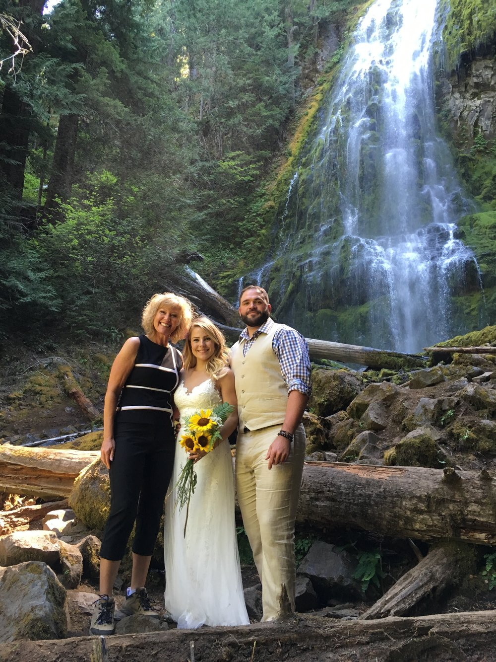 Duncan officiating a wedding in Oregon's beautiful outdoors