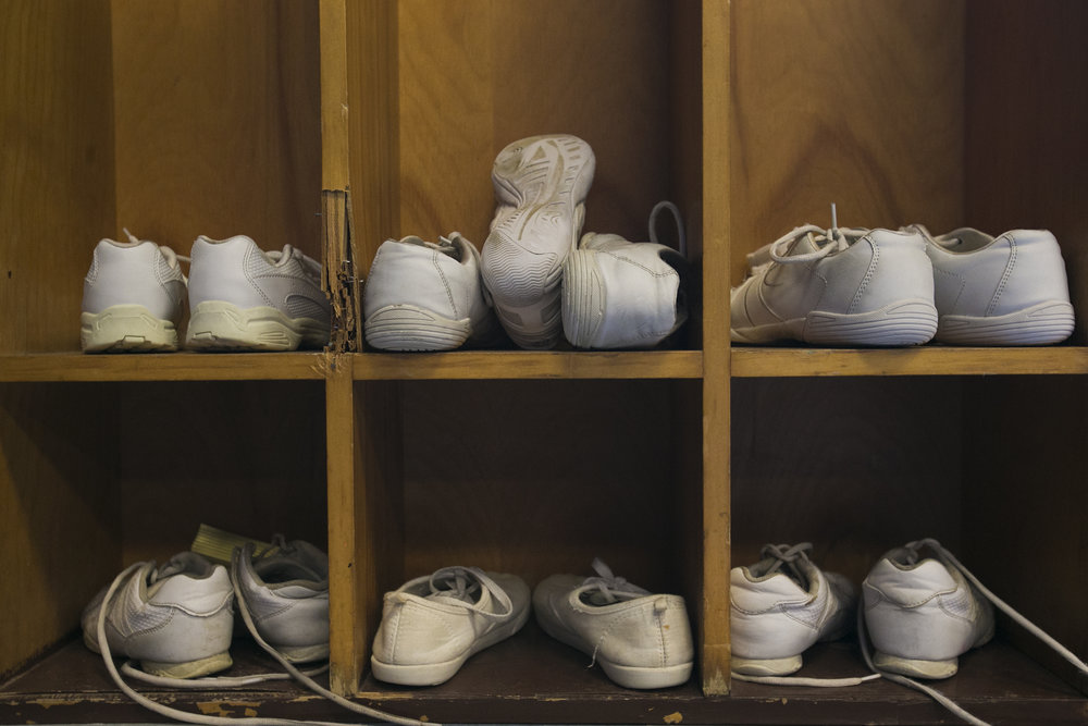 Children's shoes are put on the shoe rack.