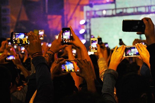 concert-goers-phones-2017-billboard-1548.jpg