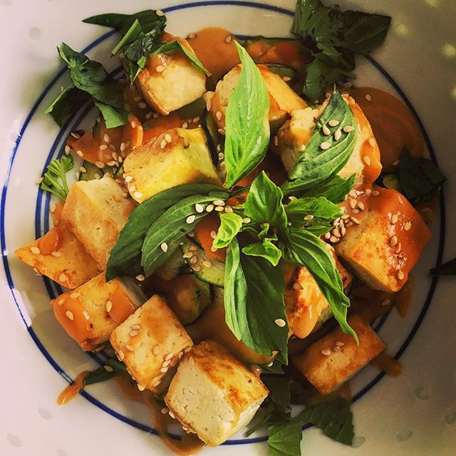 🥜Tofu with Peanut Sauce 🌿🌿🌿🌿🌿🌿🌿🌿🌿 I topped my fried tofu with a sauce made of peanut butter, lime juice, soy sauce and a dash of water. Very creamily yummy! I served it with veggies and lots of thai basil. 🌿  #vegan #vegetarian #peanutbutter #tofu #foodporn #gutenappetit #basil #cleaneats #foodart #spiritfood #diet #mindfulness #mindfuleating #stirfry #easycooking