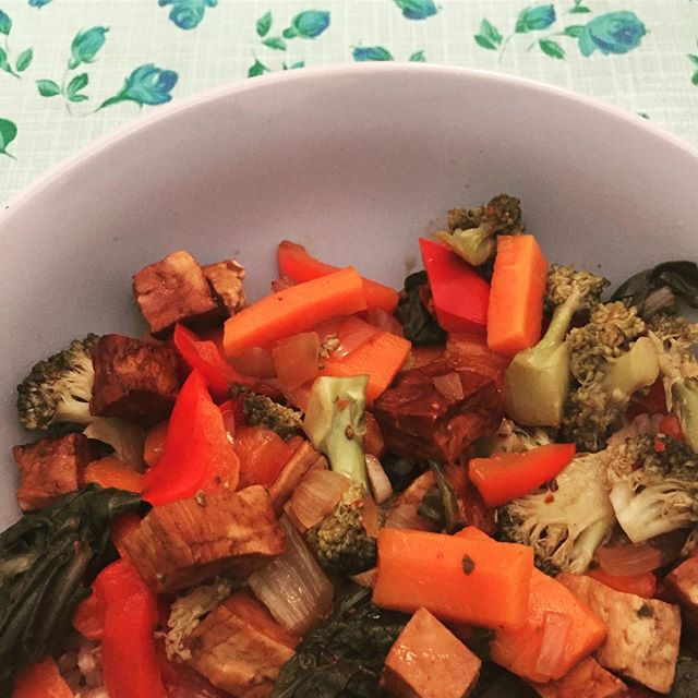 Stir fry of vegetables and tofu in soy sauce: adding a bit of sweet, salt, pepper, and chili to the onion and garlic before pouring the soy sauce and other ingredients in. Serve with your favorite rice 🥄 . . . #vegan #whatveganseat #veganrecipes #veganfit #veganfoodie #stirfry #tofu #ricebowl #veggies #gutenappetit #vegano