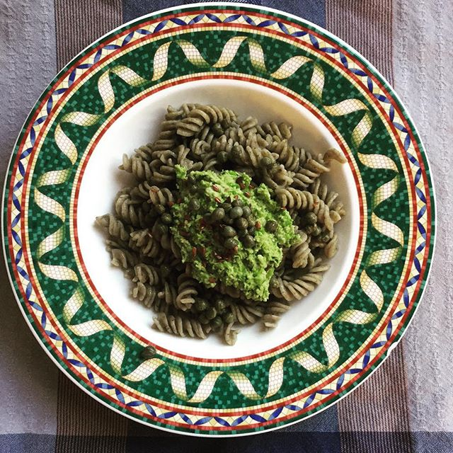 Mung bean spirelli with a pea - pine nut pesto and capers 🍽 while cooking the vegan noodles, take some peas and mix them in a bowl with peanut cream (or tahini), chili flakes, a bit of olive oil, and pine nuts and blend till smooth. Put on top of the mung bean noodles, add some flax seed and capers. Delicious! #foodporn #whatveganseat #healthyeats #dailygreens #veganglutenfree #veganfoodie #mungbeannoodles #capers #kapern #mungbohnennudeln #mungbohnen #erbsen #pinienkerne #bowlofgoodness #plentifulplate #yumm #veganfit #gutenappetit #bowlofheaven #veganrecipes #vegano