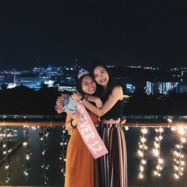 From friends to views – birthdays are meant to be spent with only the best at #DuskSG! 🎉 🎂 📷: @bernicelwtx . . . #OneFaberGroup #FaberpeakSG #SGIG #ExploreSG #IGSG #Memories #Delight #Escapade #Beverage #Foodie #Rejuvenate #Relax #Chill #Views #Birthday #Friends #Bff #Party #Nightlife #Singapore #Hilltop #IslandLife #Sights #Love #Happiness #DreamTeam