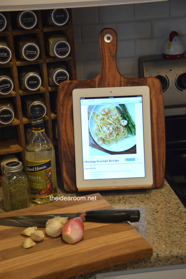 source: http://www.theidearoom.net/diy-ipad-holder