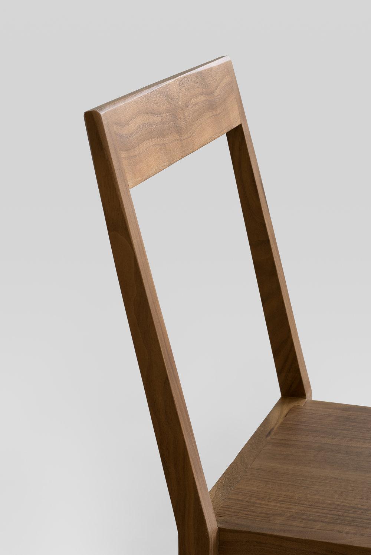 détail walnut chair
