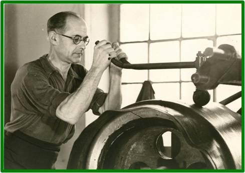 Foto histórica de la fabricación individual y manual de las llantas.