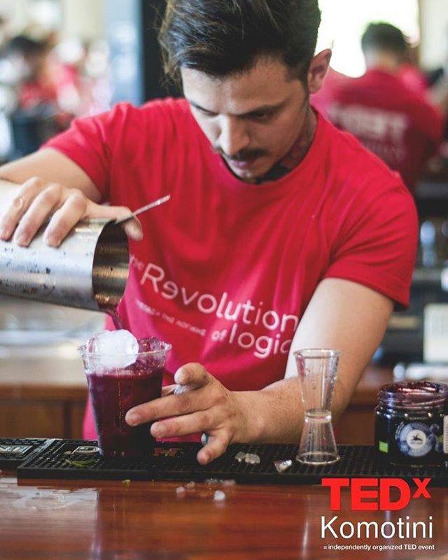 """Τι καλύτερο απο δυο """"επαναστατικά"""" κοκτέιλ για το κλείσιμο του πρώτου TEDxKomotini """"Revolution of Logic""""! 🍹#tedxkomotini #tedxkomotini17 #tedx #komotini #ideas #worthspreading #revolutionoflogic #bartender #cocktails !photo: @lef_tsotoyr"""