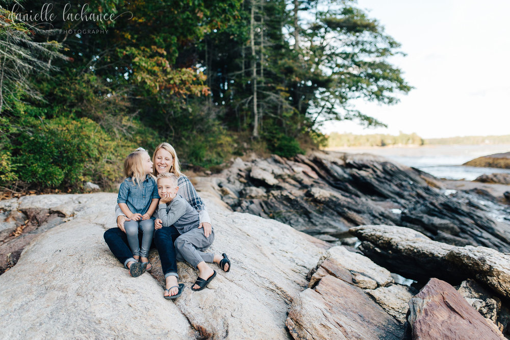 midcoast-maine-coastal-maine-fall-photographer-family-motherhood-siblings-outside-nature-autumn-rocky-coast-freeport-yarmouth-brunswick-bath.jpg