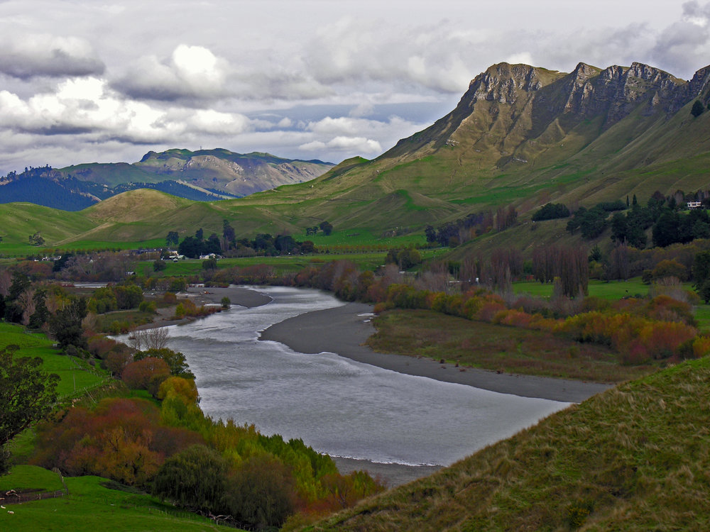 Tukituki_River_and_Te_Mata_Peak,_Hawkes_Bay,_New_Zealand,_12_May_2006_(145007872).jpg