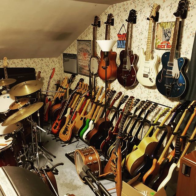 New guitar wall in my studio.❤🎸🎸🎸🎸🎸 #edhermann #theedhermannproject #guitarist #musiciandaily #guitars #guitarporn