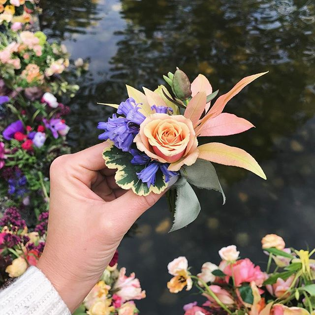 Good morning! Here's a cute little boutonnière for you 🤗💙 #boutonniere #somanyflowers #weddingflorals #tulipinaworkshop #villamarcopoloinn #victoriabc @tulipinadesign @villamarcopoloinn