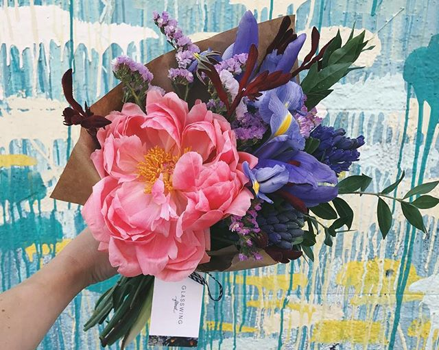 Thanks to @westkim for beautifying the #artsdistrict and providing endless gorgeous backdrops for my flowers 💖 Also, fresh batch of bouquets @blacktopcoffee! #coralcharm #peonies #irises #hyacinth #kangaroopaw #statice #bouquets #blacktopcoffee