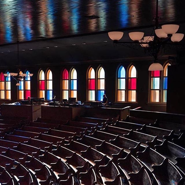 These wooden pews inside @theryman probably have some incredible stories from all the shows and experiences they've seen! - @nashvilletn #repost #neighbors #rymanauditorium #nashville #fifthandb
