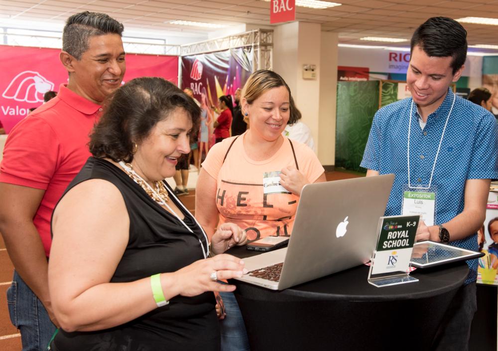 Doña Mirta Brito, directora de Royal School brindando información a familias durante la Feria de Colegios, kinders y Escuelas EKA 2017.