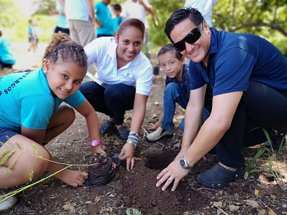 Siembra de árboles JW Marriott Guanacaste Escuela Los Pargos 2.jpg