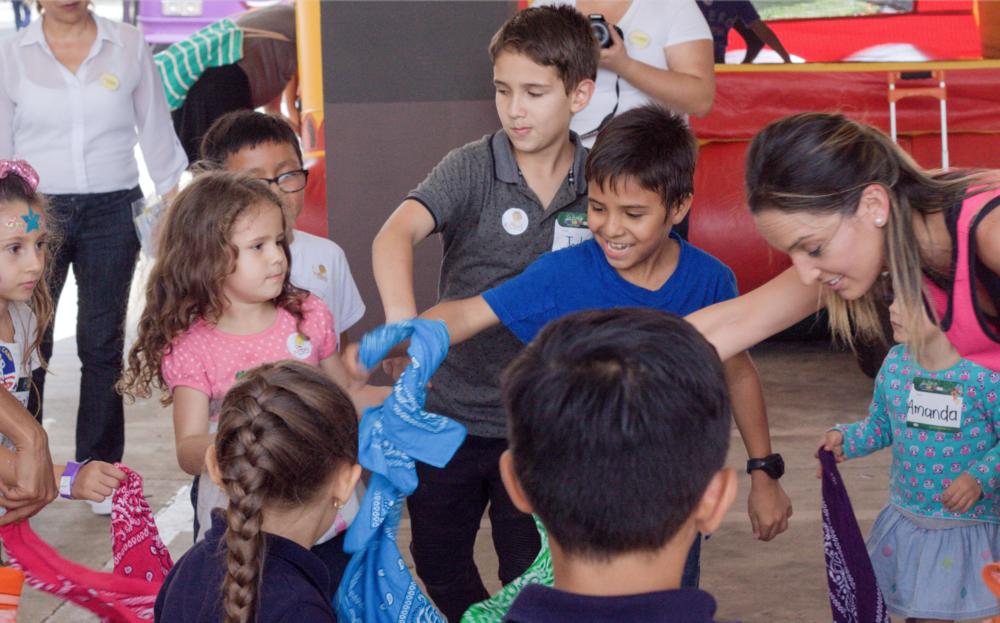 Clase de Zumbini gratuita por  teacher Tati Corrales  en la Feria de Colegios 2018.