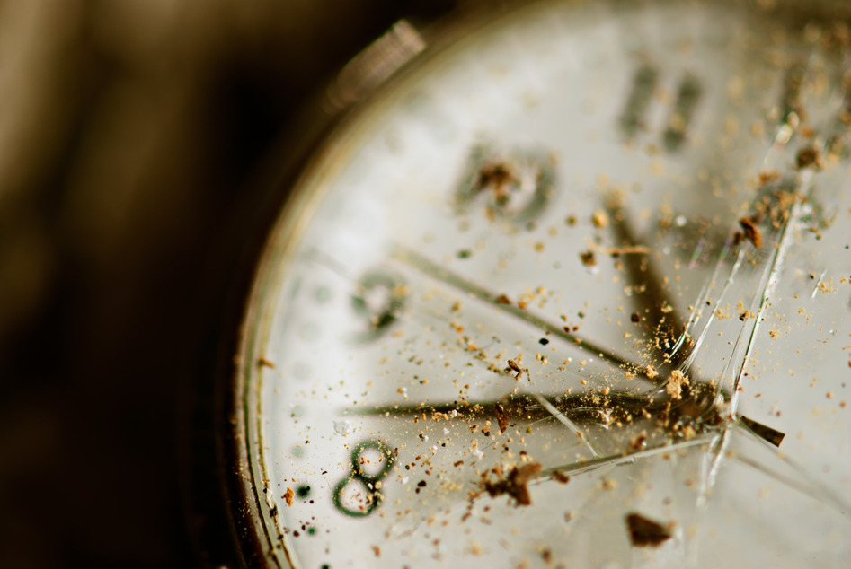 photodune-1391182-old-dusty-pocket-clock-with-broken-glass-s.jpg