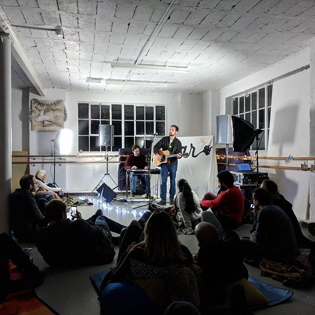 Charlie from @sofarsoundsbournemouth with @josepijoe doing a wicked set. Charlie met a hairdresser once and he made it in to a great song.