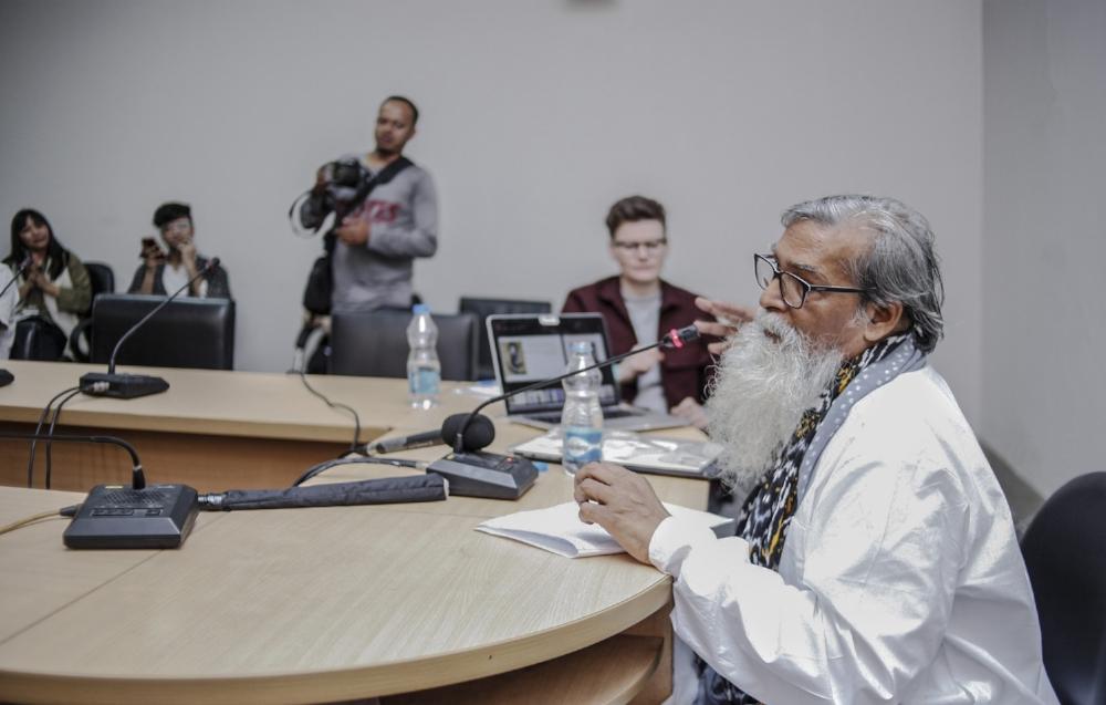 Santosh Kumar Das presenting about the Madhubani language and art