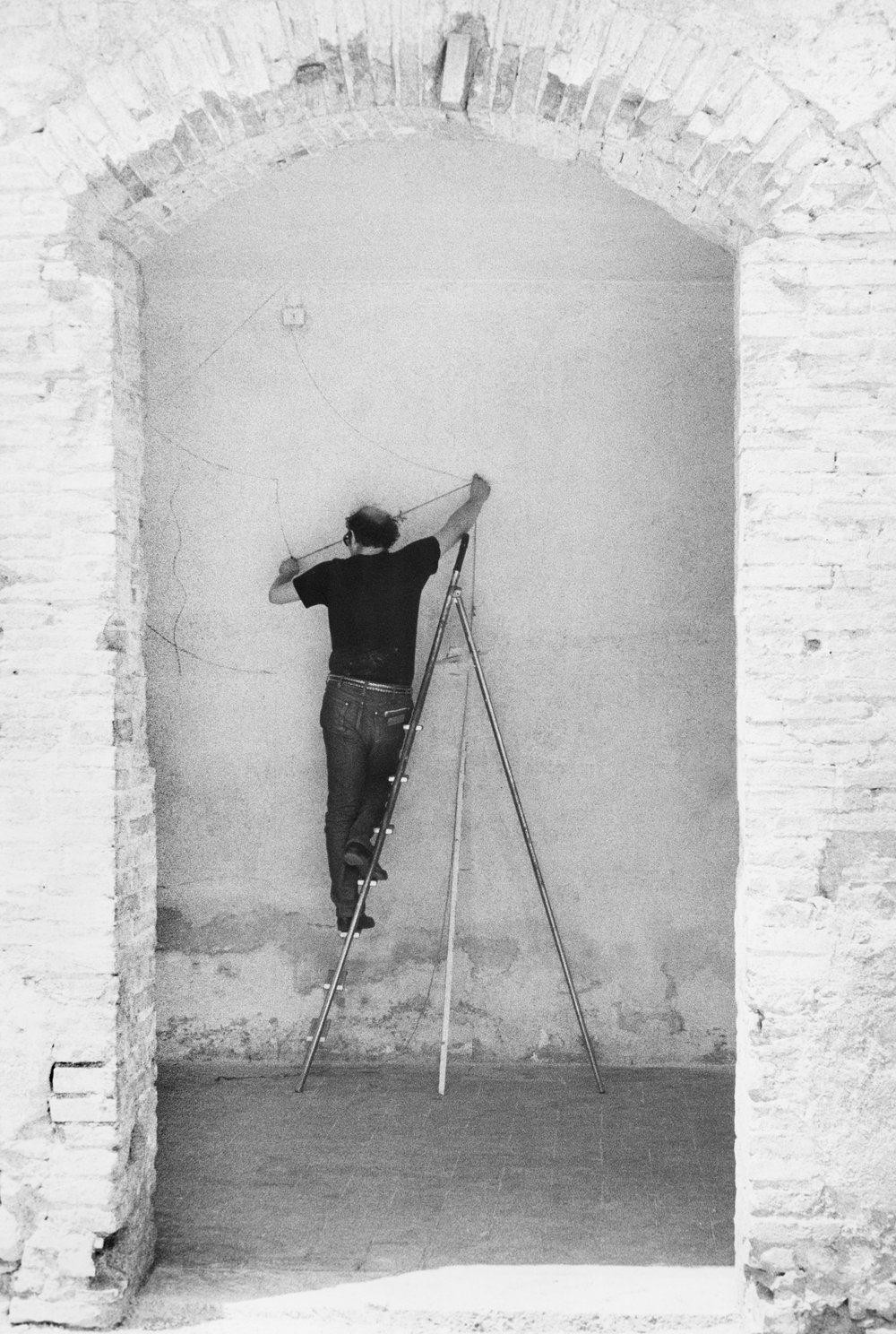Sol LeWitt installing  Wall Drawing #136  at Chiostro di San Nicolò, Spoleto, Italy, 1972. © 2018 Estate of Sol LeWitt/Artists Rights Society (ARS), New York. Photo by Giorgio Lucarini.