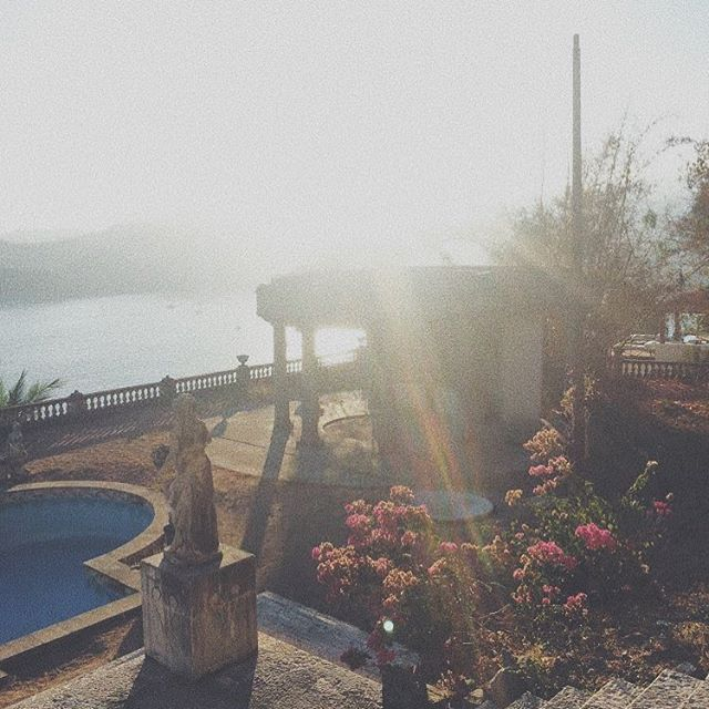Wish I was waking up to this view today. This beauty shot was when we were staying at an Airbnb right next to the Parthenon of El Negro in Zihuatanejo ❤️ . . . . . . . . . . . . . . #zihuatanejo #parthenonelnegro #mexico #travel #guerrero #amateurphotography #explore #ocean #sunset