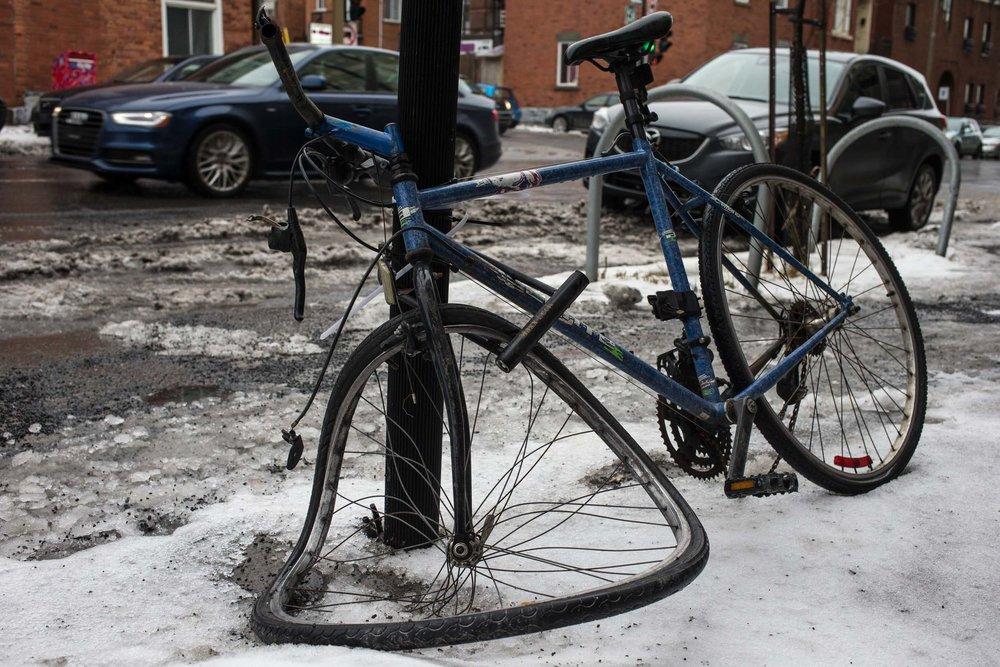 Un vélo est laissé amoché rue Sainte-Catherine à Montréal le 03 février 2016. Photo Normand Blouin