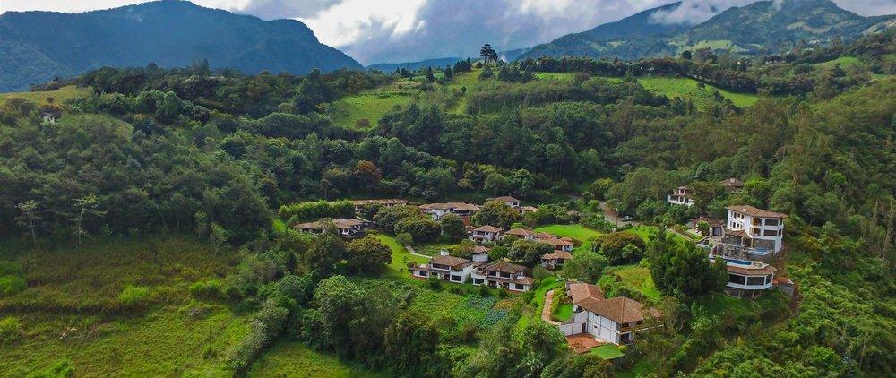 foto-aerea-de-luna-runtun-hotel-en-banos-ecuador-editada.jpg.1920x810_0_100_10000.jpg