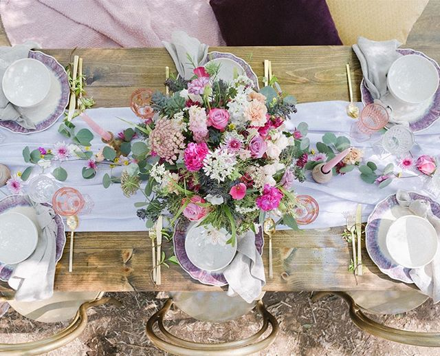 birds eye view of tablescape. I could stare at these photos all day😻 #flowers #bridal #tablesetting #florals #purple #pink