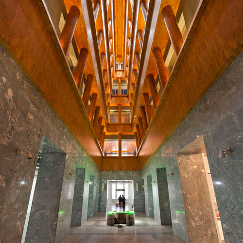 """""""一所由迈克尔·格拉夫主持其室内设计的奢华当代艺术画廊 ……"""" - —— 《纽约时报》"""