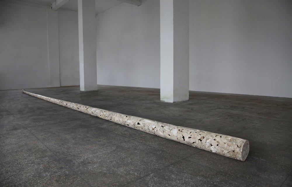 庞海龙   旗杆  材料:牛骨等综合材料  长900cm  直径17cm  2014_compressed.jpg