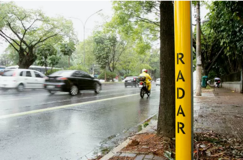 Mysteries of the city: citizens of Sao Paulo started to paint, on their own, the poles from which the radar signaling had been withdrawn by the city hall.