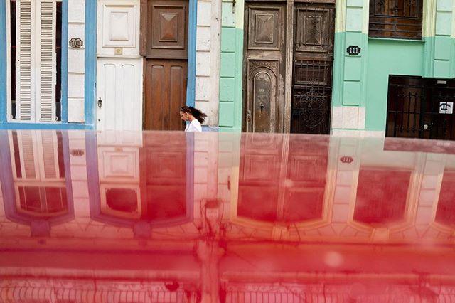 """Detrás de toda la nostalgia"" ""Behind all nostalgia"" . . . . #luisbrens#luisbrens.com#centrohabana#cuba#havana #cubaylafotografia#habanacuba #mismomentosencuba #streetphotography #brensgraphy #Luis.brens"