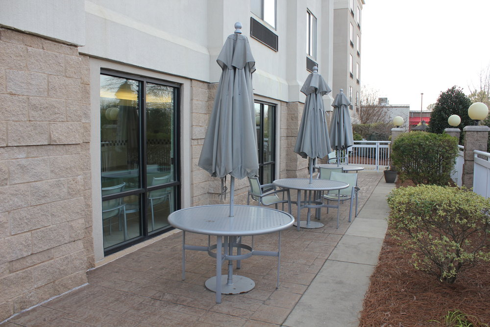 SpringHill Suites Charlotte Airport – Outdoor patio