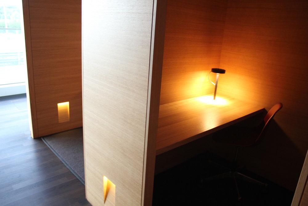 Swiss Senator Lounge Zurich – Workstations