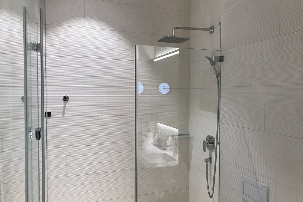 Swiss First Class Lounge Zurich – Day room shower