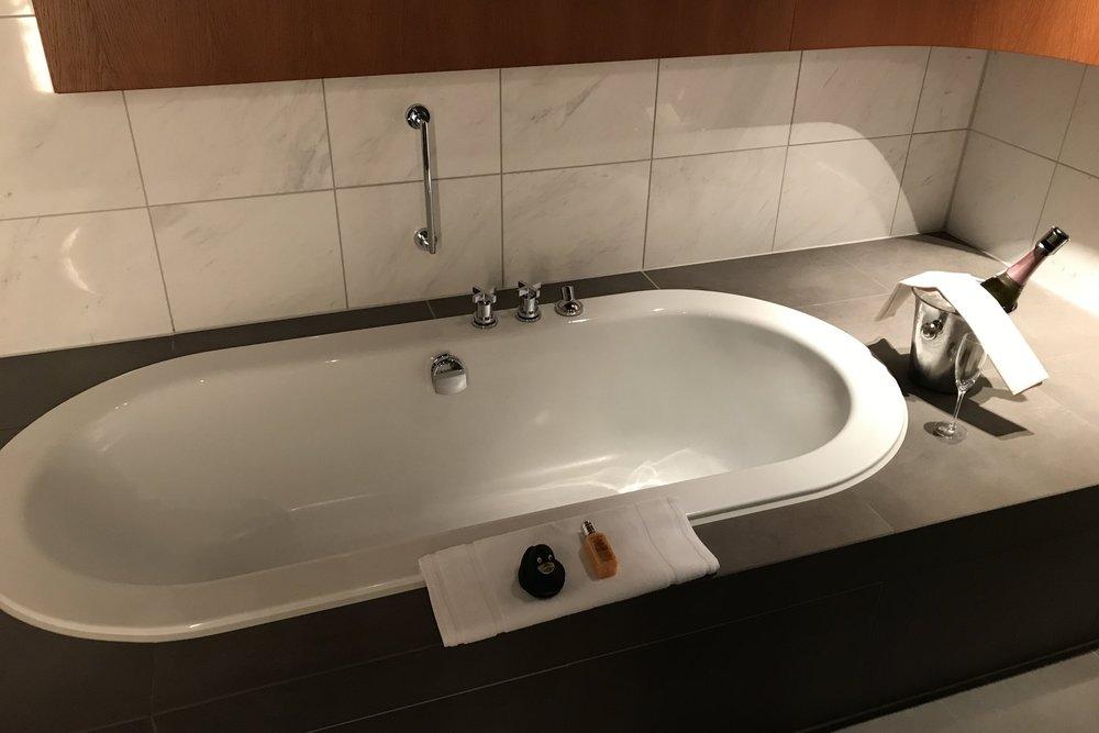 Lufthansa First Class Terminal Frankfurt – Bathtub