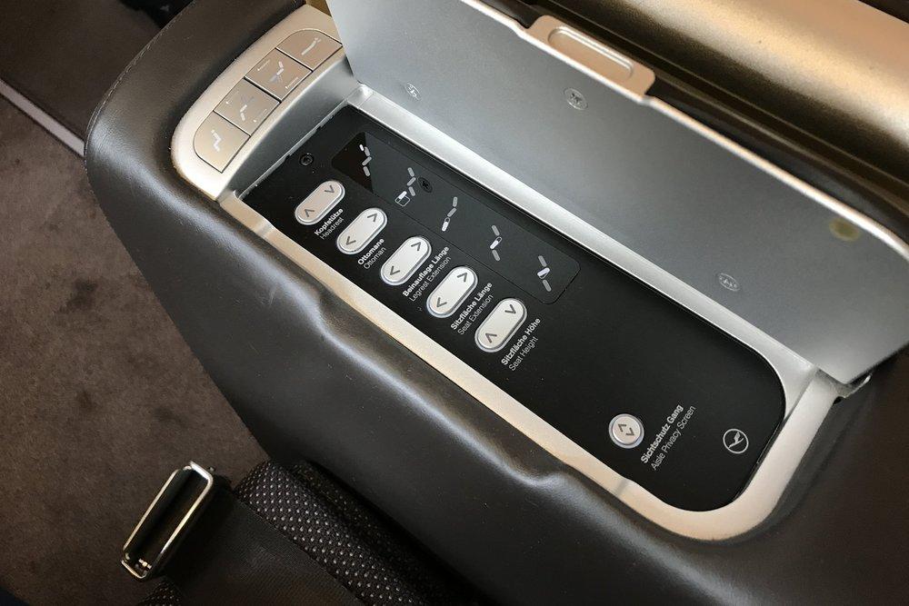 Lufthansa First Class – Seat controls