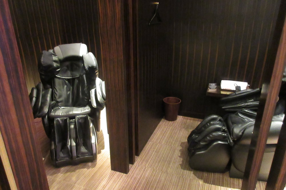 Japan Airlines First Class Lounge Tokyo Narita – Massage chairs