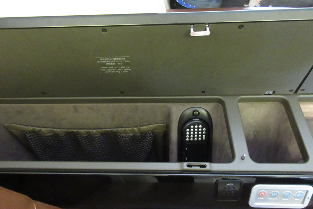 Japan Airlines First Class – Storage compartments