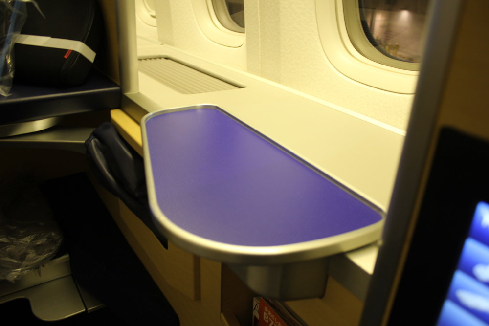 ANA First Class – Cocktail table