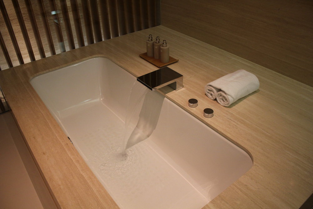 The Wing First Class Lounge by Cathay Pacific – Cabana bathtub