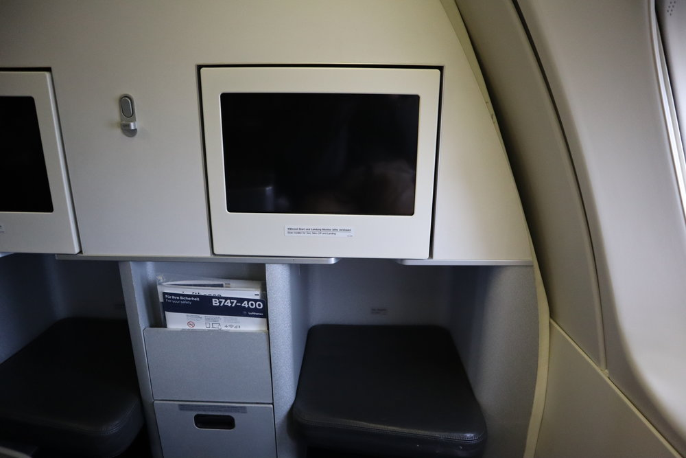 Lufthansa 747-400 business class – Entertainment screen