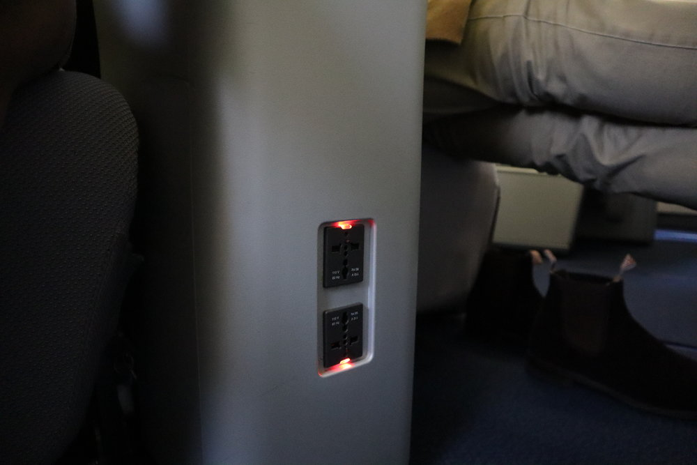 Lufthansa 747-400 business class – Power ports