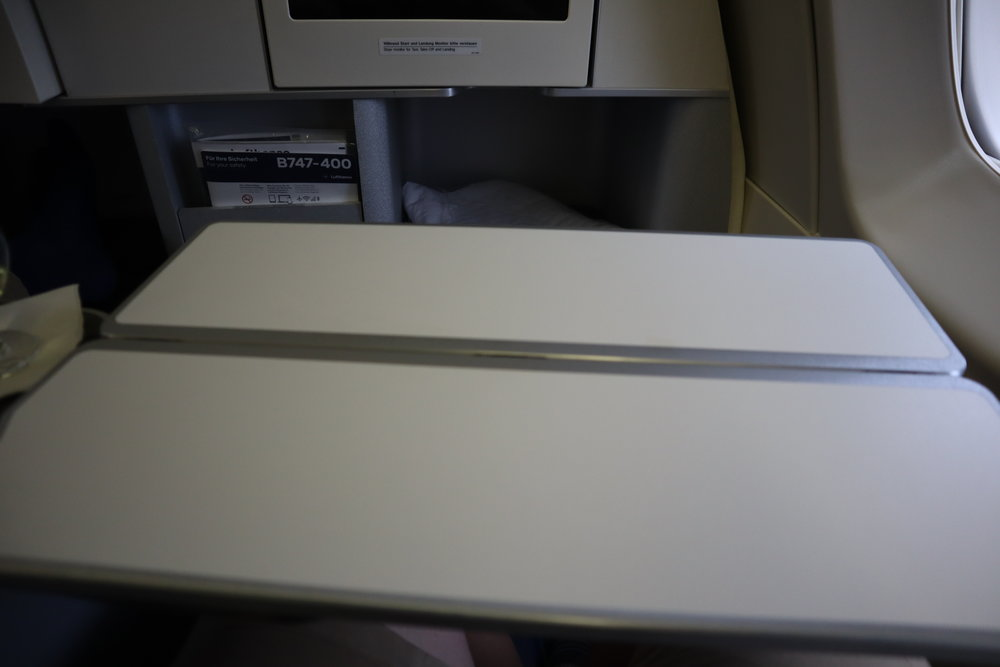 Lufthansa 747-400 business class – Tray table