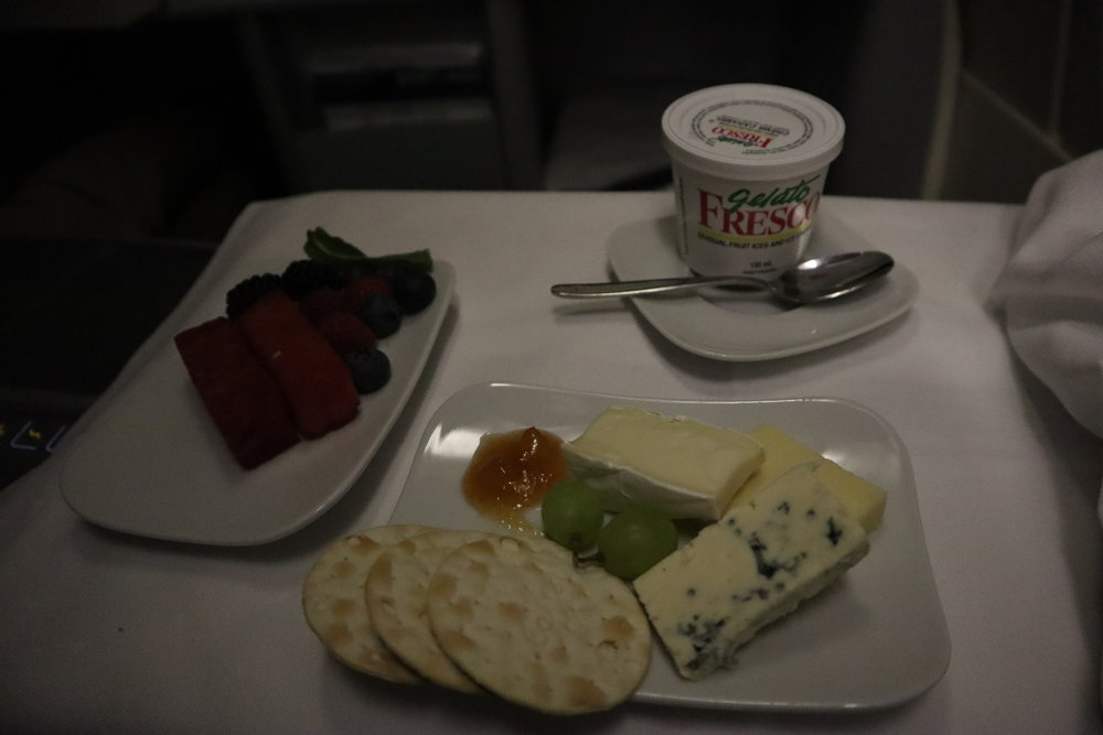 Lufthansa 747-400 business class – Cheese and dessert