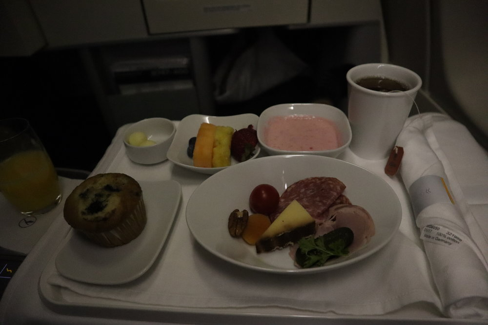 Lufthansa 747-400 business class – Breakfast
