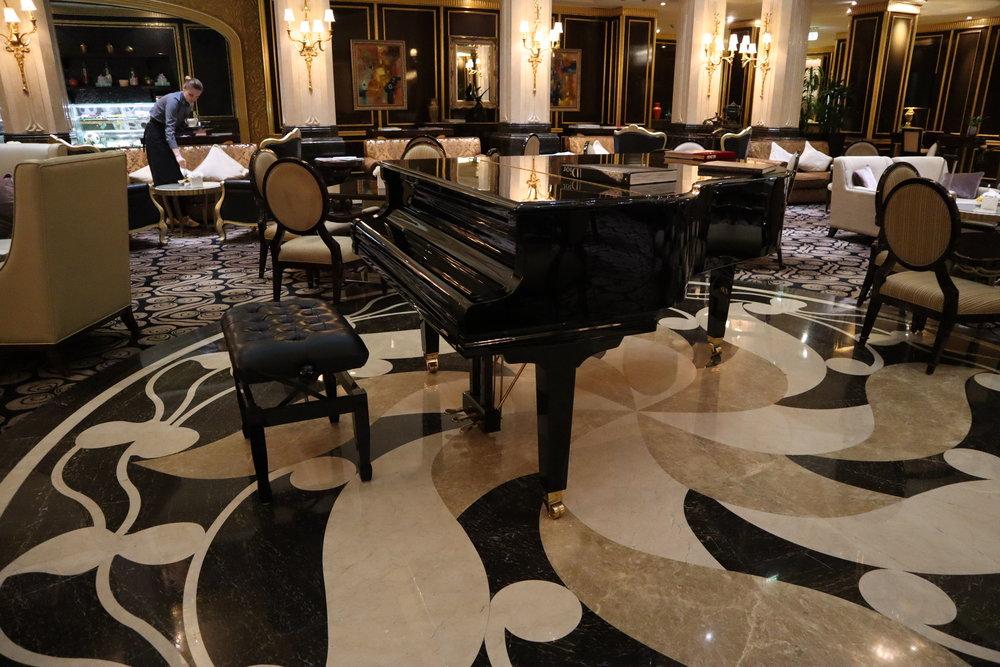St. Regis Moscow Nikolskaya – Lobby lounge piano