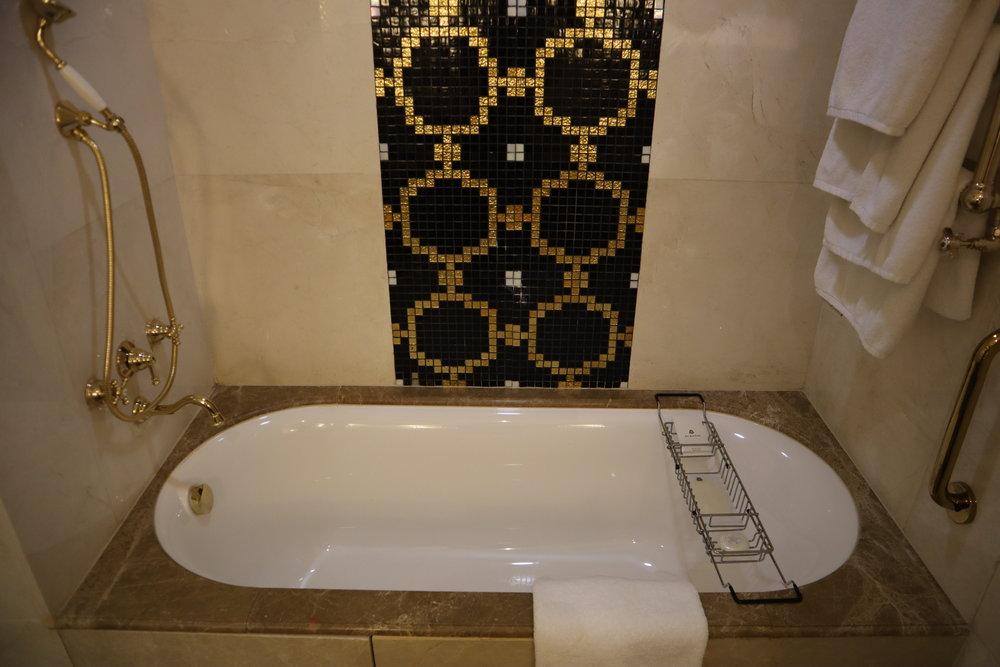 St. Regis Moscow Nikolskaya – St. Regis Suite bathtub